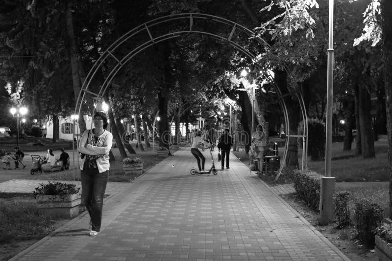 La gente desconocida camina a través del parque de Tsvetnik de la noche en Pyatigorsk, Rusia fotografía de archivo libre de regalías
