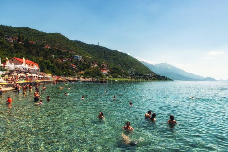 La gente desconocida se baña en el lago Ohrid foto de archivo libre de regalías