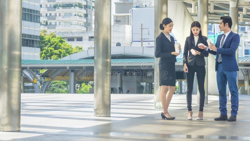 La gente di affari astuta del gruppo dell'uomo e della donna cammina insieme nel ru immagine stock