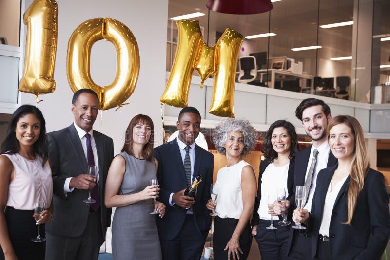 La gente di affari celebra l'obiettivo di riunione nell'ufficio fotografia stock
