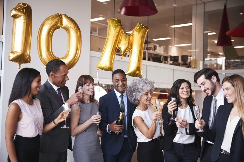 La gente di affari celebra l'obiettivo di riunione nell'ufficio immagini stock libere da diritti