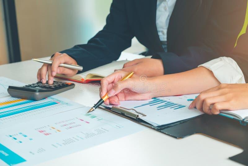 La gente di affari che lavora con le strategie progetta per i dati di vendita dell'analisi, l'affare ed il concetto dell'ufficio fotografie stock libere da diritti