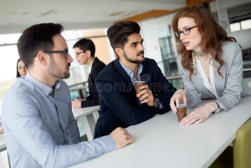 La gente di affari che si diverte durante irrompe un ufficio immagini stock