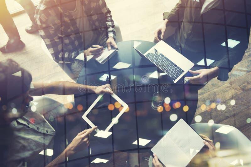 La gente di affari collabora con il computer portatile e la compressa Concetto di lavoro di squadra e della partenza Doppia espos immagine stock