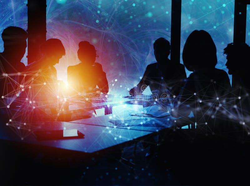 La gente di affari collabora insieme ad ufficio Effetti del collegamento a Internet Effetti di doppia esposizione immagini stock libere da diritti