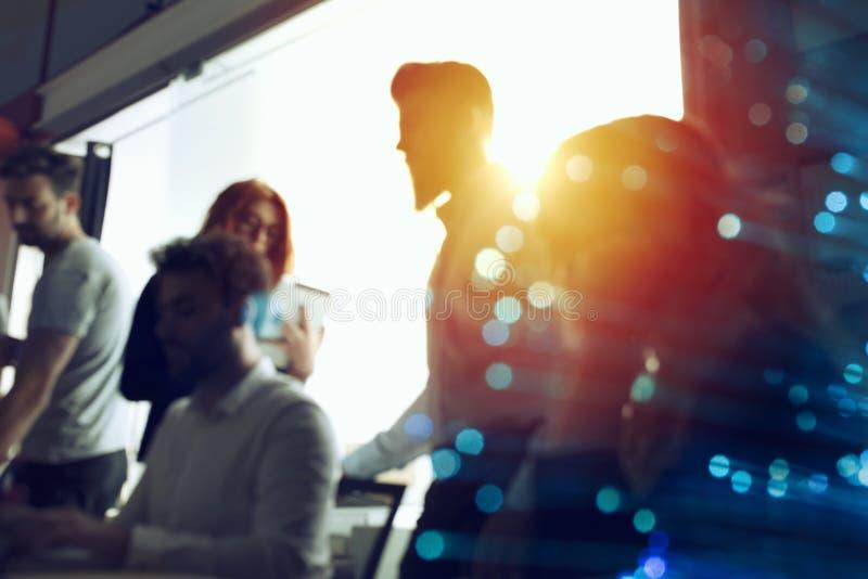 La gente di affari collabora insieme ad ufficio Effetti di doppia esposizione fotografia stock libera da diritti