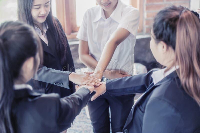 La gente di affari coordina le mani Lavoro di squadra di concetto immagine stock libera da diritti