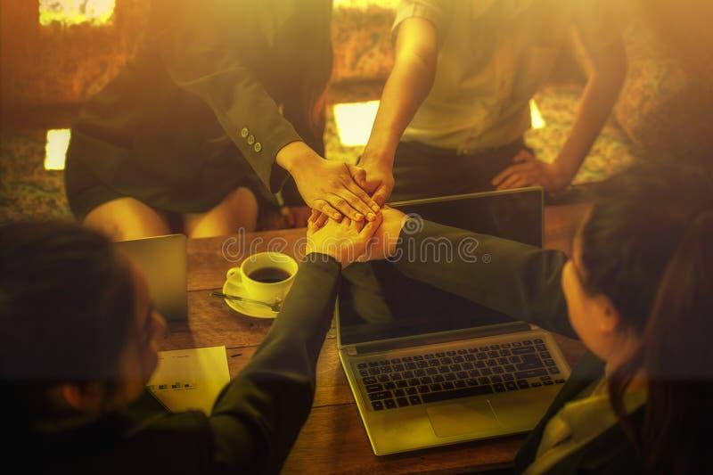 La gente di affari coordina le mani Lavoro di squadra di concetto fotografia stock libera da diritti