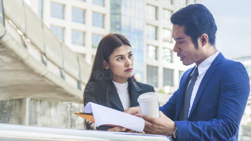 La gente di affari dell'uomo e della donna parla insieme fotografie stock libere da diritti