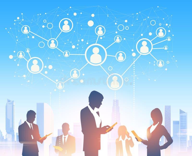 La gente di affari delle siluette del gruppo sopra la città abbellisce la rete sociale moderna dell'ufficio royalty illustrazione gratis