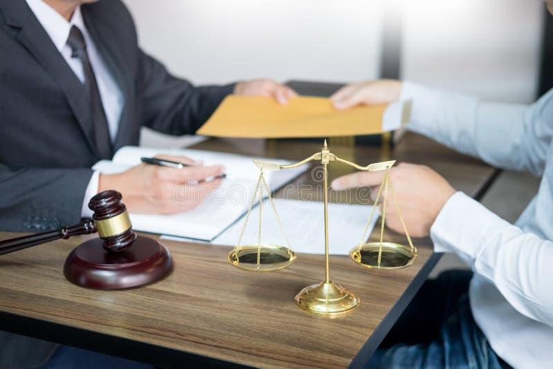 la gente di affari e gli avvocati che discutono il contratto incarta la seduta alla tavola Concetti di legge, consiglio, Servizi  fotografia stock