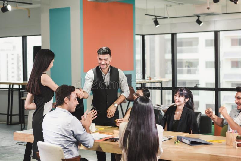 La gente di affari di lavoro di squadra sta incontrando la conferenza e le congratulazioni riuscite per il loro progetto Gruppo d fotografia stock