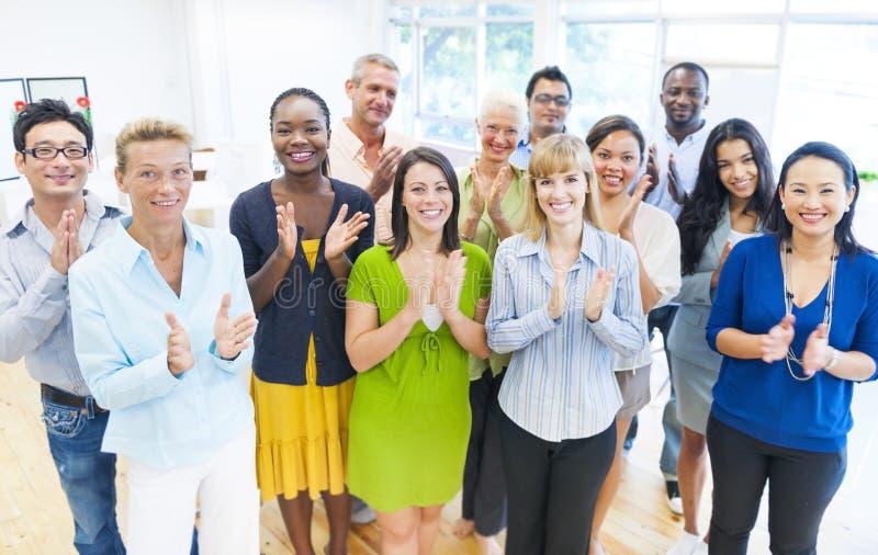 La gente di affari raggruppa le mani d'applauso fotografie stock libere da diritti