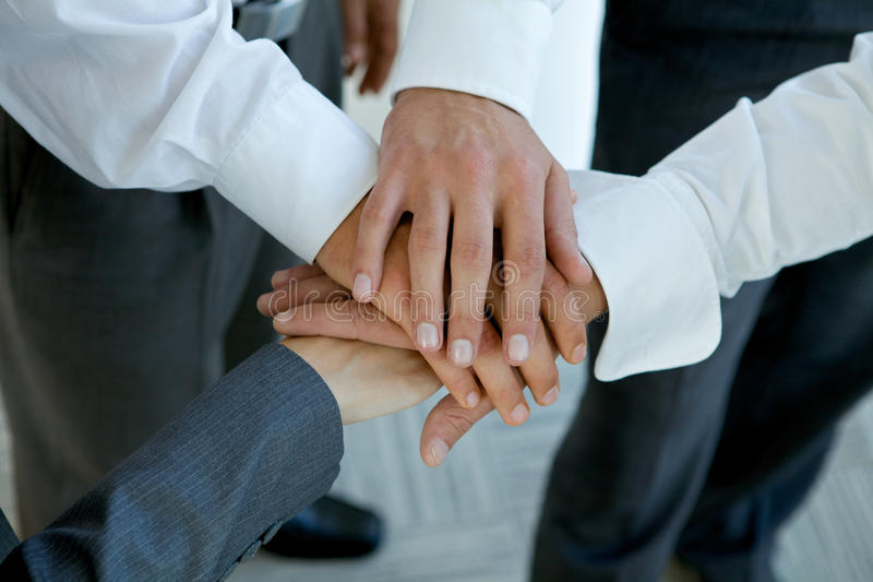 la gente di affari raggruppa le mani di collegamento fotografia stock