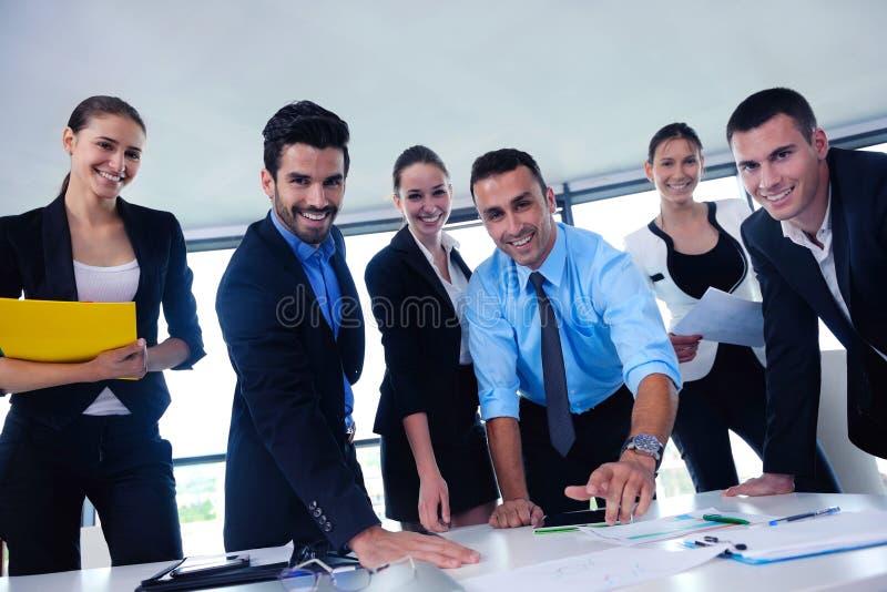 La gente di affari raggruppa in una riunione all'ufficio fotografia stock libera da diritti