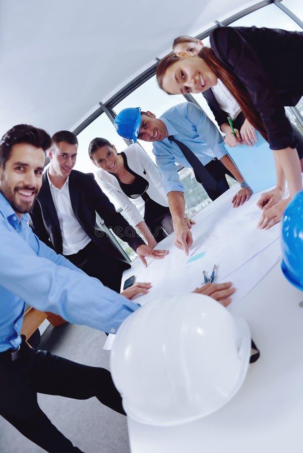 La gente di affari raggruppa in una riunione all'ufficio immagine stock