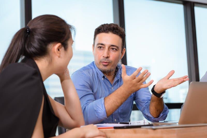 La gente di affari sta incontrando la discussione circa il loro progetto e la soluzione dei problemi nell'auditorium, responsabil immagine stock libera da diritti