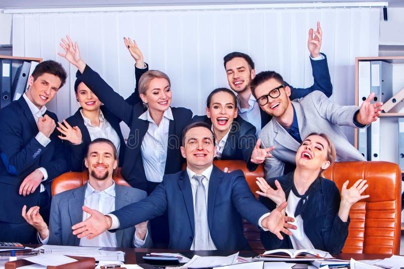 La gente di affari di vita dell'ufficio della gente del gruppo è soddisfatta della mano su fotografia stock