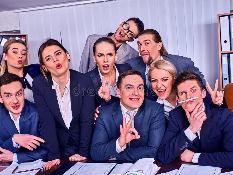 La gente di affari di vita dell'ufficio della gente del gruppo è soddisfatta del pollice su fotografie stock libere da diritti