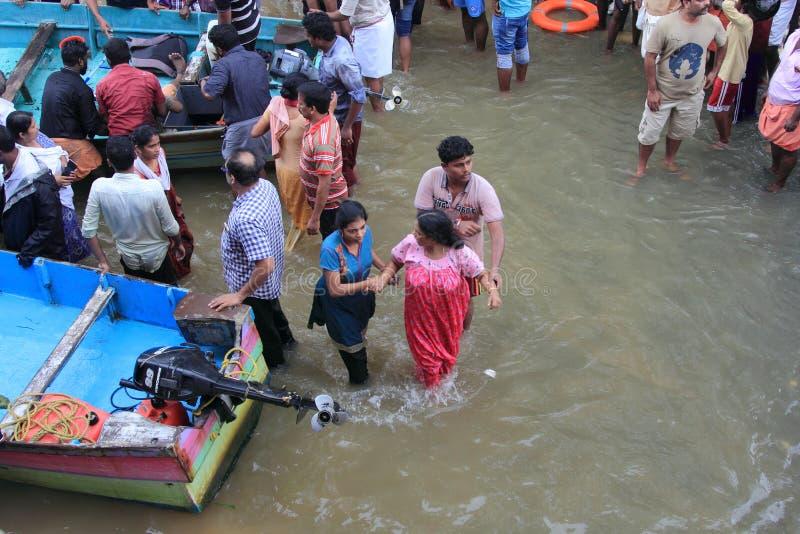 La gente di aiuto della squadra di soccorso da sfuggire a da area sommersa immagini stock libere da diritti