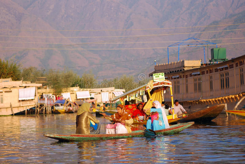 La gente di barca, Srinagar, Kashmir, India immagine stock libera da diritti