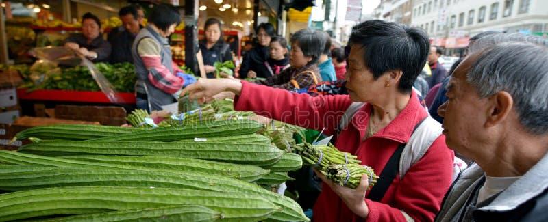 La gente di Chines sta comperando in un mercato dell'alimento in Chinatown San Fra fotografie stock libere da diritti
