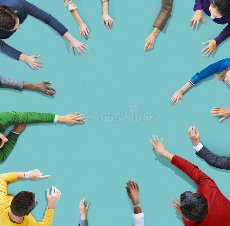 La gente di diversità che divide raggiungimento collegando insieme concetto fotografia stock libera da diritti