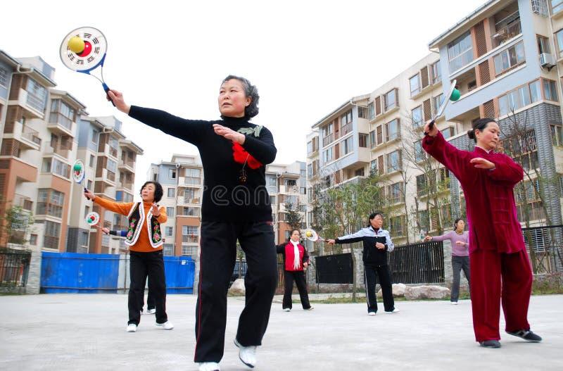 La gente di esercitazione nella zona di terremoto in Cina fotografia stock libera da diritti