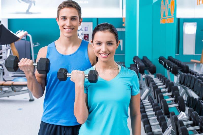 La gente di forma fisica nel club di sport immagine stock