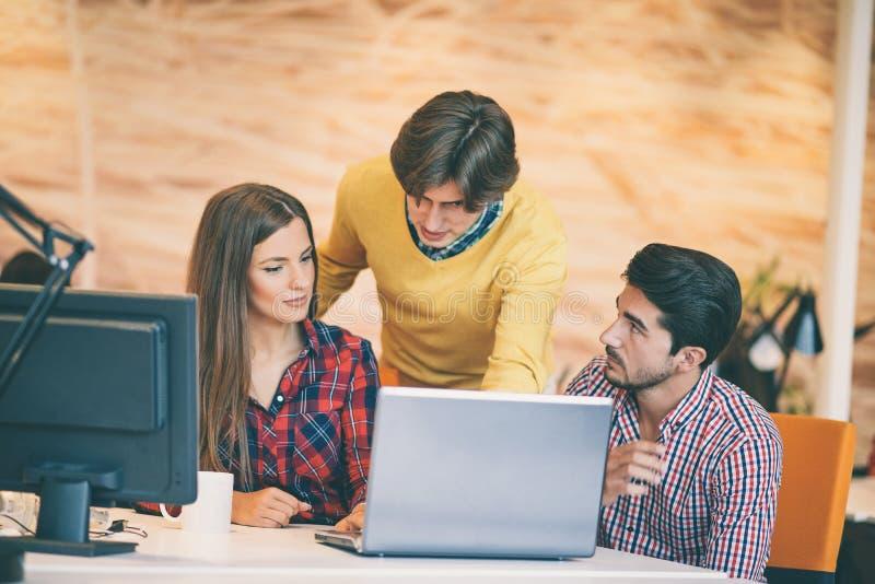 La gente di giovane impresa raggruppa il lavoro come gruppo per trovare la soluzione al problema immagini stock libere da diritti