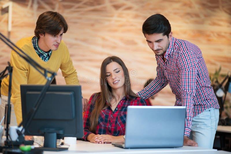 La gente di giovane impresa raggruppa il lavoro come gruppo per trovare la soluzione al problema fotografie stock