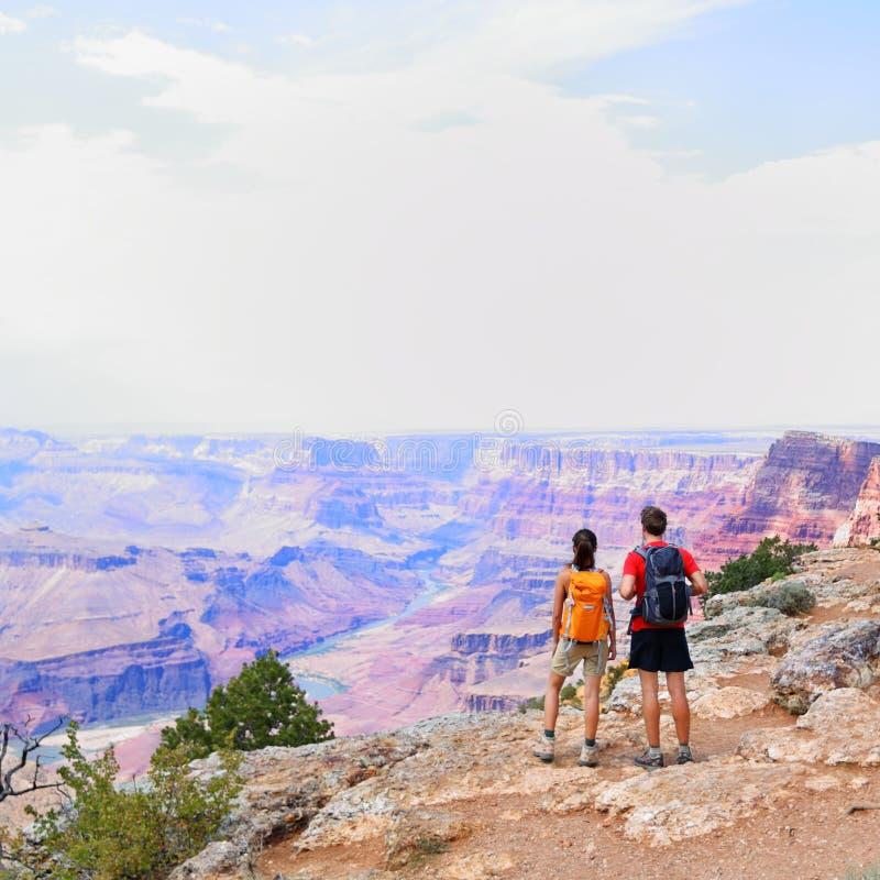 La gente di Grand Canyon che fa un'escursione esaminando vista immagini stock libere da diritti