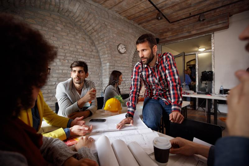 La gente di lavoro di squadra degli architetti con l'uomo del capo alla riunione fotografie stock
