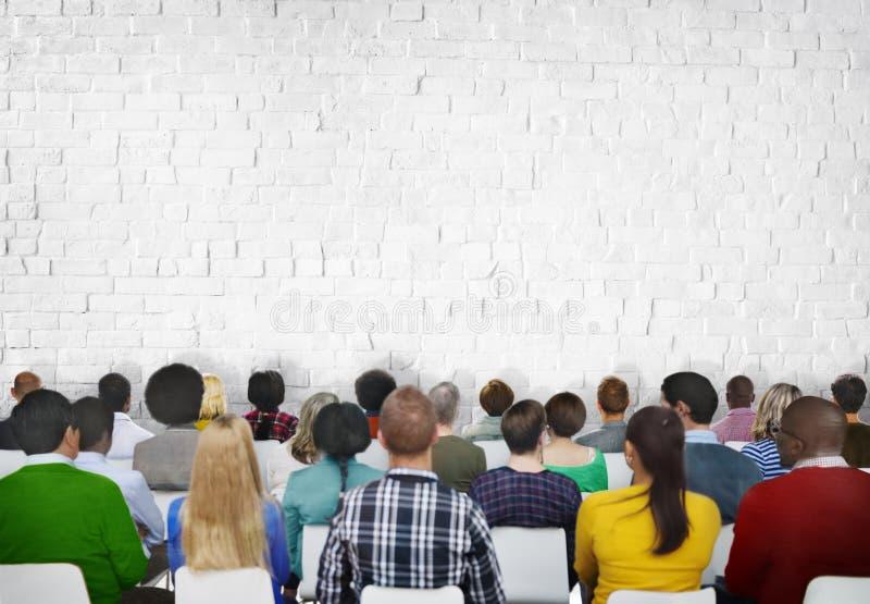La gente di riunione di conferenza di seminario che impara concetto del pubblico di presentazione fotografia stock