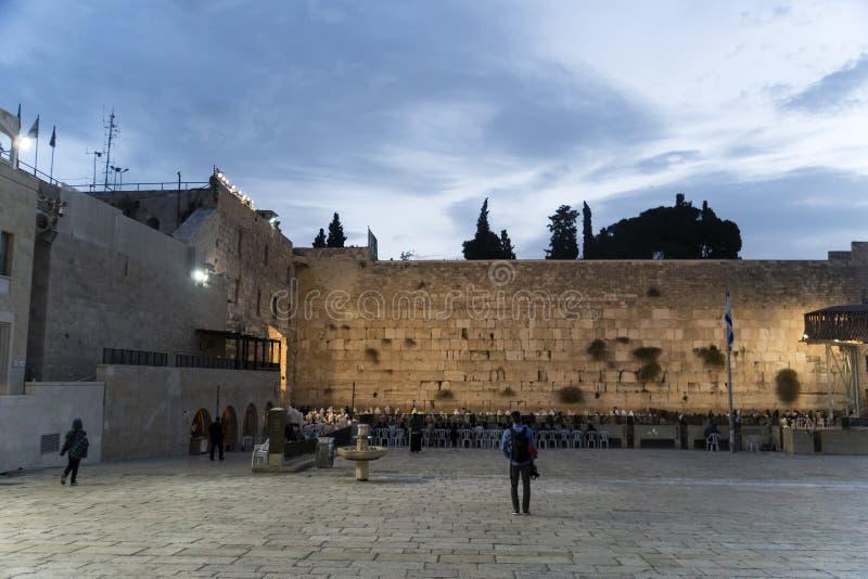 La gente di sconosciuti che prega sulla parete occidentale di vecchia città di Gerusalemme sulla mattina fotografia stock libera da diritti