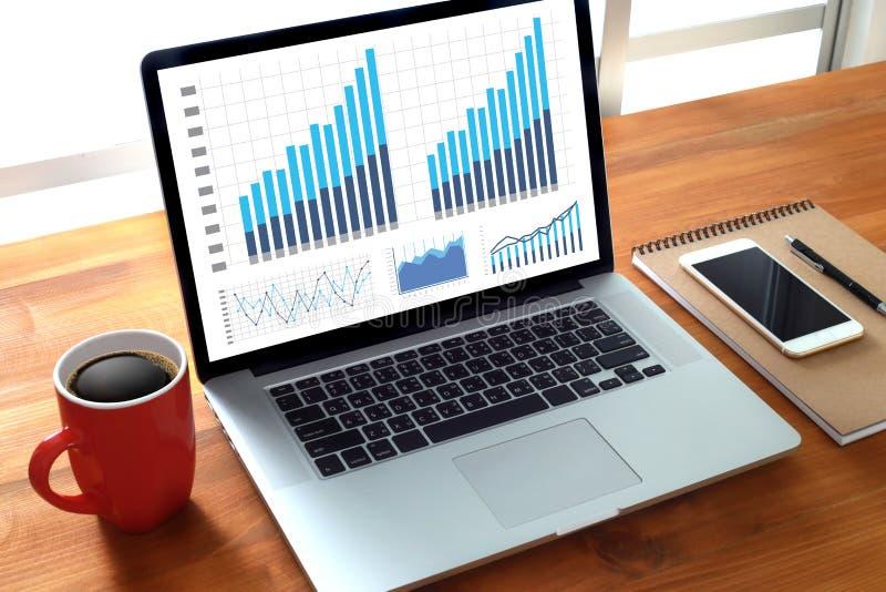 La gente di tecnologia dell'informazione di affari lavora l'analisi dei dati di dati duri fotografie stock libere da diritti
