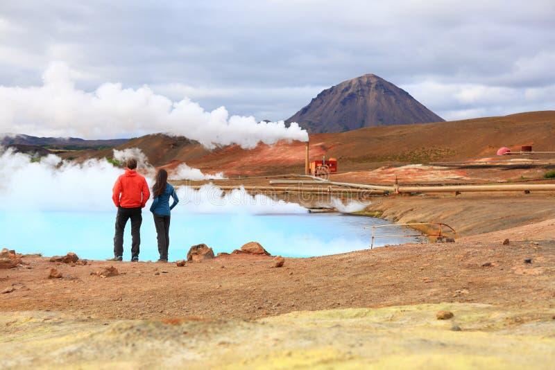 La gente di viaggio dell'Islanda dalla centrale elettrica di energia geotermica fotografie stock libere da diritti