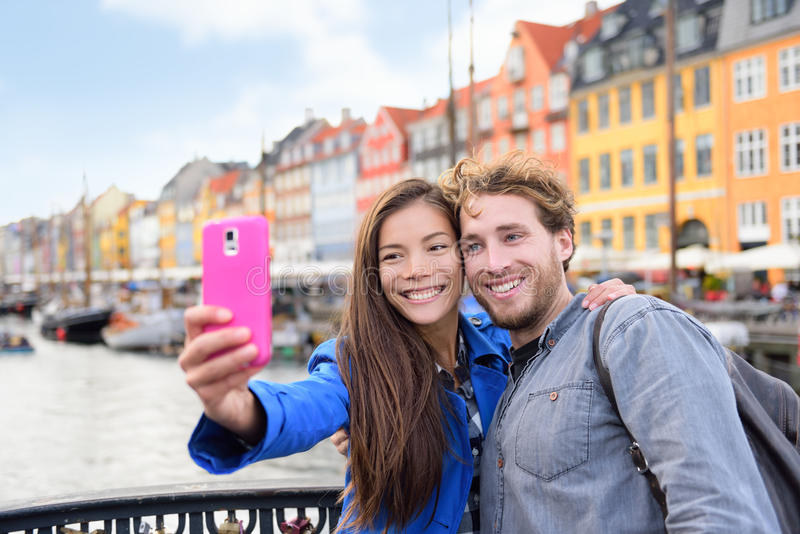 La gente di viaggio di Copenhaghen che prende ad amici selfie fotografie stock libere da diritti