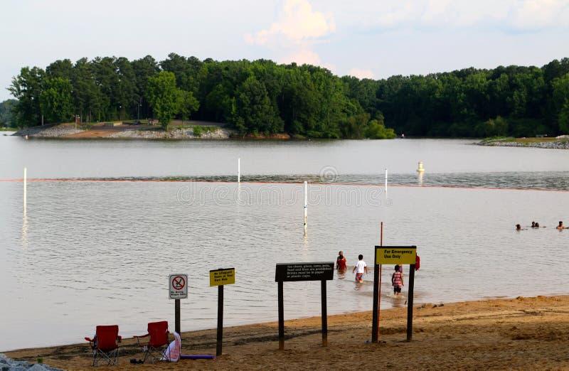 Download La Gente Disfruta De Un Día En La Playa En Un Lago Escénico Arkabutla Imagen editorial - Imagen de presa, piscina: 41915365