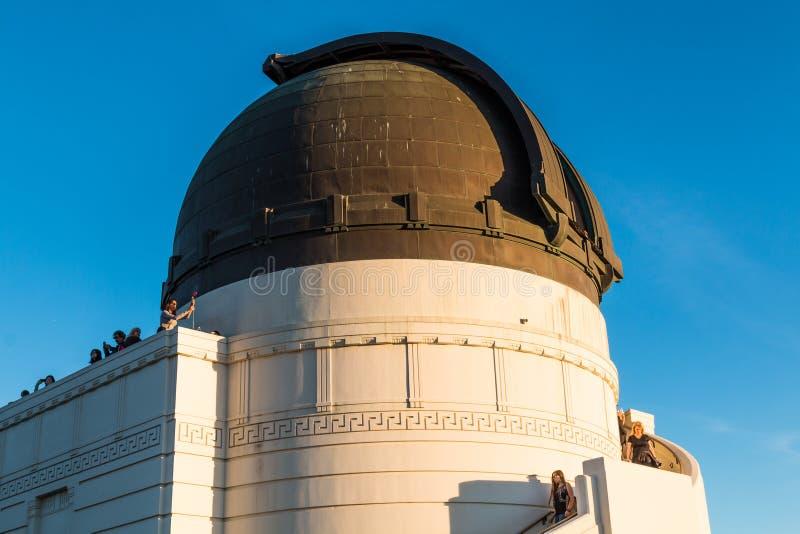 La gente disfruta de la visión desde Griffith Observatory Near Dome del telescopio de Zeiss imagen de archivo libre de regalías
