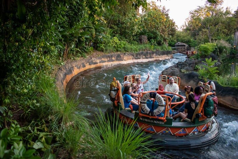 La gente divertendosi l'attrazione di Kali River Rapids al regno animale nell'area 2 di Walt Disney World immagine stock