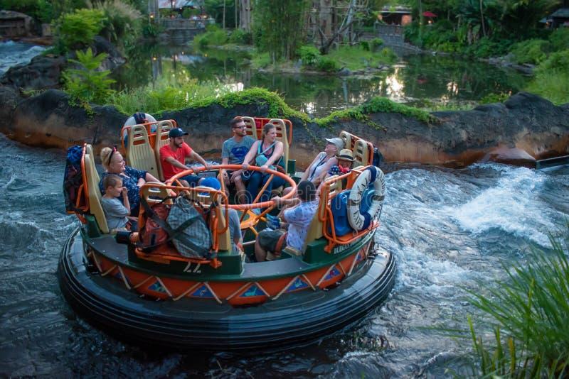 La gente divertendosi l'attrazione di Kali River Rapids al regno animale nell'area 8 di Walt Disney World immagine stock libera da diritti