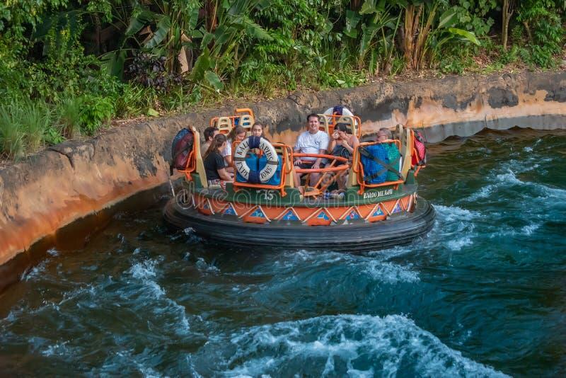 La gente divertendosi l'attrazione di Kali River Rapids al regno animale nell'area 6 di Walt Disney World fotografie stock