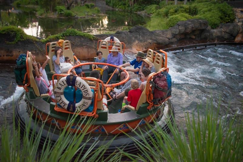 La gente divertendosi l'attrazione di Kali River Rapids al regno animale nell'area 5 di Walt Disney World immagini stock