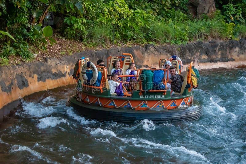 La gente divertendosi l'attrazione di Kali River Rapids al regno animale nell'area 9 di Walt Disney World fotografia stock