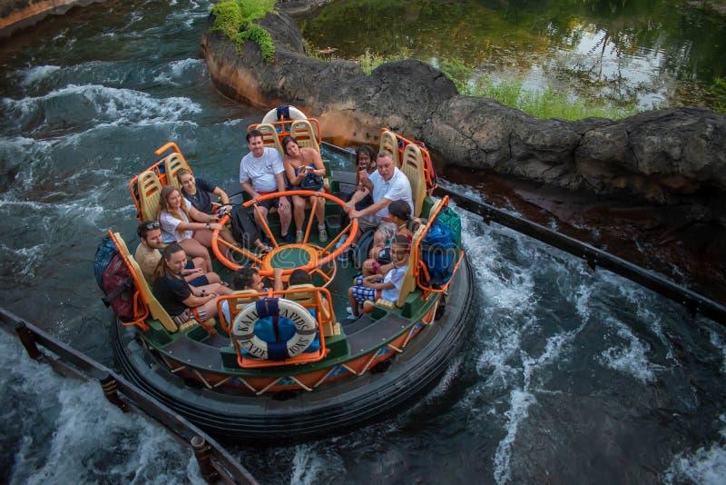 La gente divertendosi l'attrazione di Kali River Rapids al regno animale nell'area 7 di Walt Disney World fotografia stock libera da diritti