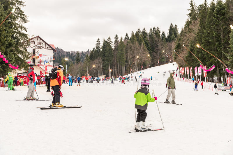 La gente divertendosi sulla località di soggiorno del cielo della montagna di Snowy immagine stock