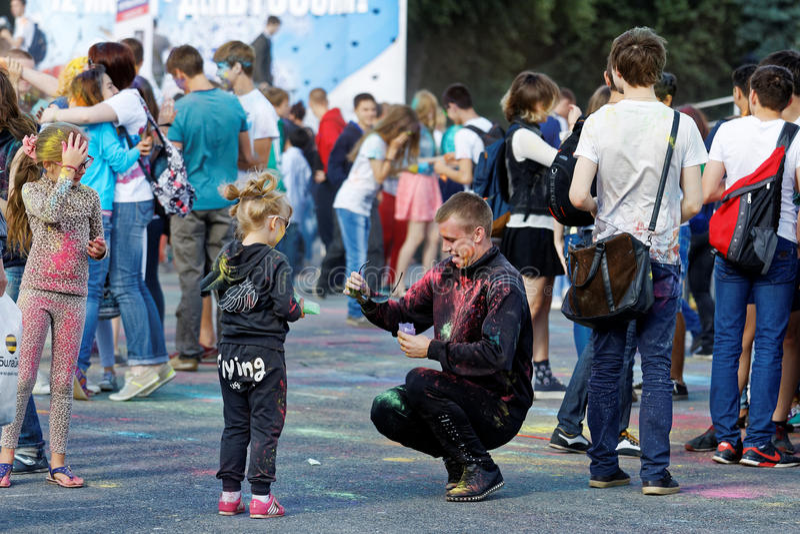 la gente durante il festival dei colori Holi fotografia stock libera da diritti