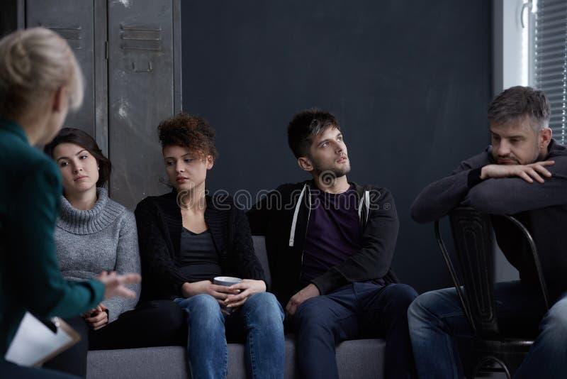 La gente durante il trattamento di dipendenza immagine stock