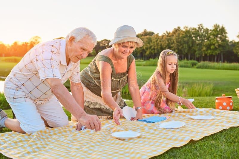 La gente e panno di picnic immagini stock libere da diritti
